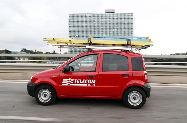 Personale tecnico di Telecom Italia per le strade di Roma. REUTERS/Alessandro  Bianchi