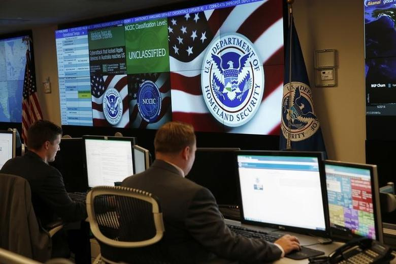 U.S. Department of Homeland Security employees work in front of U.S. threat level displays inside the National Cybersecurity and Communications Integration Center during a guided media tour in Arlington, Virginia June 26, 2014. REUTERS/Kevin Lamarque