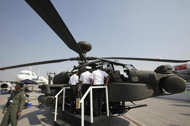 Visitors inspect Boeing AH-64D Longbow Apache helicopter during the second day of the Dubai Air Show November 16, 2009.  REUTERS/Ahmed Jadallah/Files