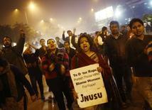 Manifestantes em protesto lembram o ataque a uma jovem em Nova Délhi. 16/12/2013 REUTERS/Anindito Mukherjee