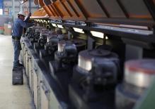 Un trabajador realiza una mantención a una serie de equipos en la planta de cables de acero inoxidable TIM en Huamantla, México, oct 11 2013. La actividad industrial de México habría crecido levemente en junio frente al mes anterior impulsada por un desempeño positivo de las manufacturas, que habría sido atenuado por una caída en la producción petrolera, dijeron analistas en un sondeo de Reuters. REUTERS/Tomas Bravo