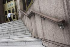 Standard Chartered va prochainement procéder à une inspection approfondie de grandes quantités de données afin de rechercher des indices d'un éventuel blanchiment d'argent ou de toute autre activité délictueuse, son logiciel de détection des irrégularités ayant présenté des défauts, selon deux sources proches du dossier. /Photo prise le 6 août 2014/REUTERS/Tyrone Siu