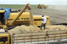 Foto de arquivo de produção de soja em fazenda no Mato Grosso. A estimativa do governo dos Estados Unidos para a safra de soja do Brasil em 2014/15 foi mantida em 91 milhões de toneladas ante previsão de julho, informou o Departamento de Agricultura norte-americano. REUTERS/Paulo Whitaker