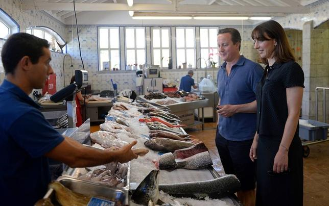 Britain's Prime Minister David Cameron and his wife Samantha, visit a seafood market in Cascais, during a holiday in Portugal August 5, 2014. REUTERS/Francisco Leong/Pool