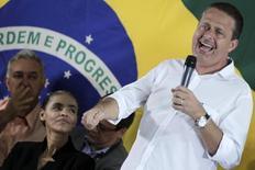 Eduardo Campos, que morreu nesta quarta-feira em acidente de avião, observado por Marina Silva em evento em Brasília em 2013. 05/10/2013 REUTERS/Ueslei Marcelino