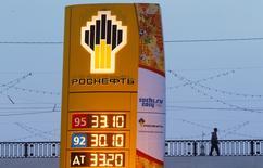 Imagen del logotipo de la compañía Rosneft en una estación de servicio en Moscú. 12 de noviembre, 2013. Igor Sechin, jefe de la petrolera estatal Rosneft <ROSN.MM>, solicitó al Gobierno ruso que le otorgue a la compañía 1,5 billones de rublos (41.600 millones de dólares) para ayudarla a afrontar las sanciones aplicadas por las potencias de Occidente, dijo el jueves el diario local Vedomosti. REUTERS/Maxim Shemetov