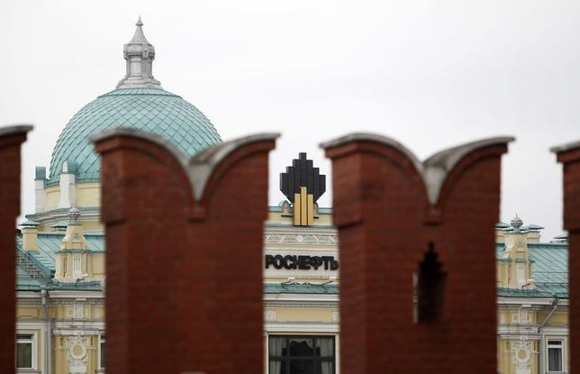 The logo of Russia's top crude producer Rosneft is seen at the company's headquarters, behind the Kremlin wall, in central Moscow May 27, 2013. REUTERS/Sergei Karpukhin/Files