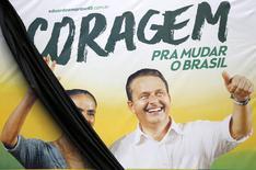 Um cartaz de campanha do candidato à Presidência Eduardo Campos (PSB) com a candidata a vice Marina Silva com uma faixa preta de luto em Recife, após a morte de Campos em um acidente aéreo. 14/8/2014 REUTERS/Ricardo Moraes