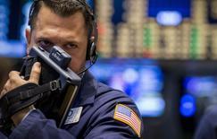 Un operador en la bolsa de Wall Street en Nueva York, ago 15 2014. Las acciones revirtieron pérdidas el viernes en la bolsa de Nueva York y cerraron con mínimas variaciones, luego de sufrir una ola de ventas más temprano disparada por reportes de un ataque ucraniano a una columna de vehículos blindados rusos. REUTERS/Brendan McDermid