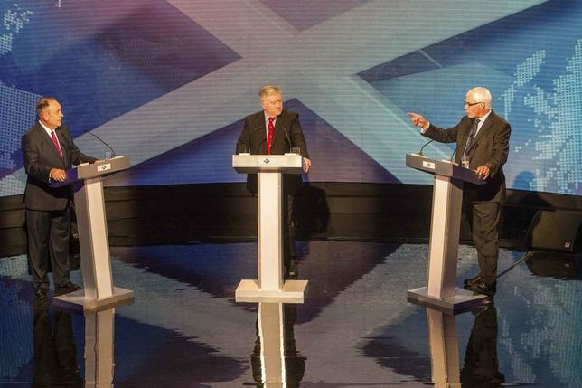 Alex Salmond (L), leader of the pro-independence Scottish National Party, and Alistair Darling, head of the ''Better Together'' anti-independence campaign, take part in a television debate with host Bernard Ponsonby (C) in Glasgow August 5, 2014. REUTERS/Peter Devlin/STV/Handout via Reuters