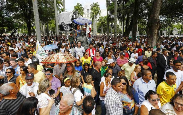 Supporters line up to visit the coffin containing the remains of the late Brazilian presidential candidate Eduardo Campos during his wake outside the Pernambuco Government Palace in Recife, August 17, 2014. REUTERS/Paulo Whitaker