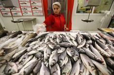 Pescados a la venta en una tienda en Moscú, ago 18 2014. Los agricultores y ganaderos de la Unión Europea recibirán 125 millones de euros en ayuda económica para compensar por el impacto de las sanciones de Rusia en las importaciones de alimentos de Occidente, que han provocado un sobreabastecimiento de frutas y verduras en plena época de cosecha. REUTERS/Maxim Zmeyev