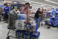 Imagen de una mujer comprando en Mililani, en las islas de Hawái, el 5 de agosto. Los precios al consumidor de Estados Unidos apenas subieron en julio, ya que un declive en los costos energéticos contrarrestó parcialmente un alza en los alimentos y las rentas, lo que podría dar nuevos argumentos a la Reserva Federal para mantener las tasas de interés bajas por algún tiempo más. REUTERS/Hugh Gentry