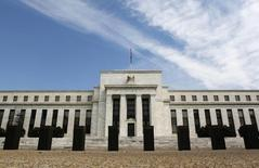 Вид на здание ФРС в Вашингтоне 22 августа 2012 года. Федеральная резервная система США намекнула в среду, что неожиданно сильное восстановление рынка труда может позволить ей повысить процентные ставки раньше, чем ожидалось ранее. REUTERS/Larry Downing