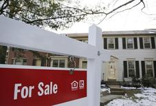Imagen de un letrero sobre la venta de una casa en Oakton, Virginia. 27 de marzo, 2014. Los estadounidenses vendieron en julio sus casas usadas al ritmo más veloz en casi 12 meses, una señal de que el mercado de la vivienda está cobrando impulso tras un año de declive. REUTERS/Larry Downing
