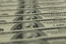 Доллары США в отделении банка OTP в Будапеште 23 ноября 2011 года. Курс доллара к корзине основных валют держится чуть ниже максимального уровня с начала года накануне выступления председателя ФРС Джанет Йеллен на совещании глав центробанков. REUTERS/Laszlo Balogh