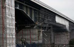 Chantier d'un pont autoroutier près de Duisburg. Selon le ministère allemand des Finances, la contraction surprise de l'économie allemande au deuxième trimestre s'explique en partie par le contrecoup des sanctions imposées à la Russie dans le cadre de la crise en Ukraine. /Photo prise le 15 août 2014/REUTERS/Ina Fassbender