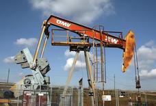 Станок-качалка группы OMV в Ауэрстале 20 февраля 2014 года. Цены на нефть снижаются за счет роста предложения и снижения геополитических рисков. REUTERS/Heinz-Peter Bader