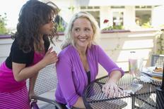 Cuando empezó su negocio de apoyo para la manutención infantil SupportPay, Sheri Atwood esperaba todo tipo de sugerencias, pero no el consejo de una inversora que sugirió que se tiñera su pelo rubio y se lo pusiera más oscuro para que la tomaran más en serio en las empresas de capital riesgo. En la imagen, Sheri Atwood, fundadora y consejera delegada de SupportPay, habla con su hija de 10 años Janicya durante una entrevista con Reuters en Redwood City, California el 2 de julio de 2014. REUTERS/Beck Diefenbach/Files