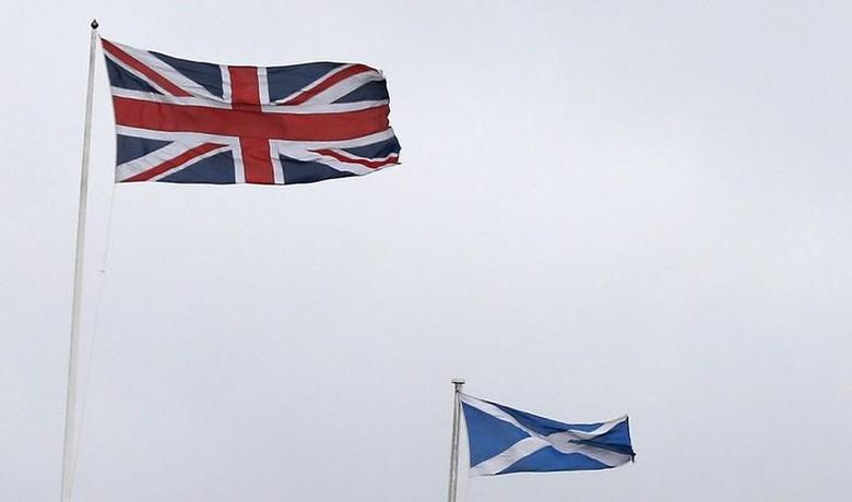 Union Jack (L) and Saltire flags fly outside the Lloyds Banking Group Scottish Headquarters in Edinburgh, Scotland May 1, 2014. REUTERS/Suzanne Plunkett