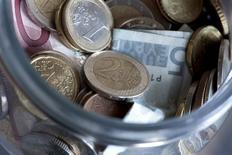 Монеты валюты евро в Будапеште 6 января 2012 года. Курс евро упал до минимального почти за год уровня, так как судя по комментариям главы ЕЦБ, центробанк может смягчить политику на будущей неделе. REUTERS/Bernadett Szabo