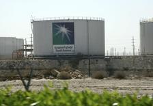 Saudi Aramco, le premier producteur mondial de pétrole, prévoit d'investir 40 milliards de dollars (30 milliards d'euros) par an sur les dix prochaines années pour maintenir sa production de brut et doubler celle de gaz. /Photo d'archives/REUTERS/Ali Jarekji