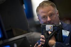 Un operador en el parqué de Wall Street en Nueva York, ago 22 2014. El índice de acciones estadounidenses S&P 500 registró un nuevo récord el lunes al superar por primera vez los 2.000 puntos, impulsado por el avance de los papeles de los sectores de finanzas y biotecnología. REUTERS/Brendan McDermid