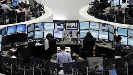 Трейдеры на Франкфуртской фондовой бирже 1 августа 2014 года. Европейские фондовые рынки разнонаправленны после существенного подъема в понедельник, вызванного ожиданиями новых стимулов Европейского центрального банка. REUTERS/Pawel Kopczynski/Remote
