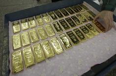 Слитки золота на заводе Красцветмет в Красноярске 25 февраля 2013 года. Золотовалютные резервы РФ достигли минимальных значений с июля 2010 года, потеряв за неделю $2,5 миллиарда, в основном, из-за снижения курса евро и падения цен на золото. REUTERS/Ilya Naymushin