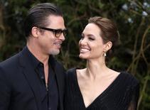"""El actor Brad Pitt y la actriz Angelina Jolie a su llegada a una exhibición especial del vestuario de la película """"Maleficent"""" en el Palacio  de Kensington en Londres el 8 de mayo del 2014. La glamorosa pareja de Hollywood llamada """"Brangelina"""" en los titulares de los diarios se casó en Francia, según reportes de medios publicados el jueves. REUTERS/Luke MacGregor/Archivo"""
