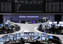 Unos operadores en sus puestos de trabajo en la Bolsa alemana de Comercio en Fráncfort, ago 29 2014. Las acciones europeas cerraron el viernes con modestas ganancias en una sesión volátil y con escasos negocios, permitiendo a uno de los índices bursátiles claves de la zona euro registrar su mayor avance mensual desde febrero.      REUTERS/Remote/Stringer