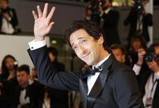 Adrien Brody acena no tapete vermelho do Festival de Cannes em 20 de maio.         REUTERS/Regis Duvignau