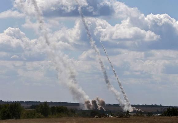 A rocket and smoke trails are seen as rockets are launched from a Ukrainian army position towards pro-Russian separatists near Debaltseve, Donetsk region, August 29, 2014.  REUTERS/Gleb Garanich