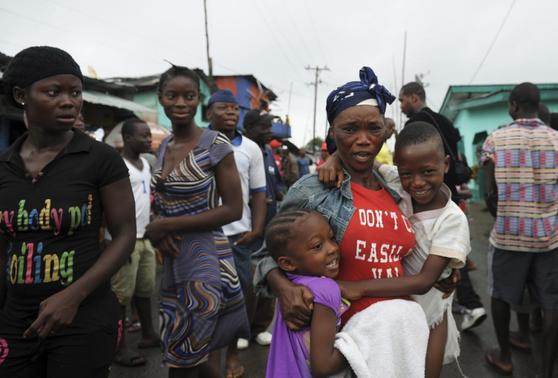 Residents of West Point celebrate the lifting of a quarantine by the Liberian government, in Monrovia August 30, 2014. REUTERS-2Tango