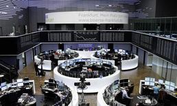 Трейдеры на торгах фондовой биржи во Франкфурте-на-Майне 28 августа 2014 года. Европейские фондовые рынки снижаются из-за войны на Украине и слабых экономических показателей Китая и еврозоны. REUTERS/Remote/Pawel Kopczynski