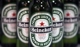 Heineken a cédé Empaque, sa filiale mexicaine de conditionnement d'une valeur d'entreprise de 1,225 milliards de dollars (933 millions d'euros), au groupe américain Crown Holdings. La transaction permettra au brasseur néerlandais de réaliser un gain exceptionnel de l'ordre de 300 millions d'euros. /Photo d'archives/REUTERS/Stephen Hird