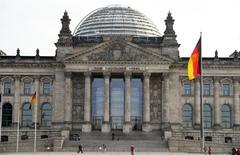 L'Allemagne a dégagé au premier semestre 2014 son excédent budgétaire le plus élevé depuis la réunification, en octobre 1990. Ce nouveau signe de la solidité des finances de l'Allemagne devrait inciter ses partenaires européens à augmenter la pression sur le gouvernement allemand, auquel ils réclament davantage de soutien à la croissance. /Photo d'archives/REUTERS/Tobias Schwarz