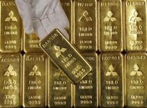 Слитки золота в офисе Mitsubishi Materials Corporation в Токио 9 января 2008 года. Цены на золото снизились почти до недельного минимума, так как рост курса доллара компенсирует спад на фондовых рынках и ухудшение ситуации на Украине. REUTERS/Toru Hanai
