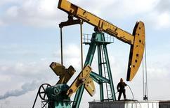 Станок-качалка компании PetroChina на нефтяном месторождении в провинции Хэйлунцзян 18 марта 2006 года. Цены на нефть Brent растут с отмеченного во вторник 16-месячного минимума при поддержке данных о производственной активности в США. REUTERS/Jason Lee