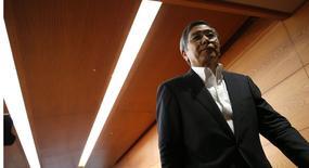El gobernador del Banco de Japón, Haruhiko Kuroda, luego de una conferencia de prensa en Tokio, 4 septiembre, 2014. El Banco de Japón mantuvo su enorme estímulo monetario el jueves y sugirió que el impuesto sobre las ventas debería subir de nuevo para ayudar a las finanzas del Gbierno, a pesar de las dudas del mercado sobre la fortaleza de la economía y la capacidad del banco central para alcanzar su meta de inflación.  REUTERS/Toru Hanai