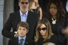 Melissa Rivers, hija de Joan Rivers, y su hijo Cooper abandonan el funeral de la comediante en Nueva York. Sep  7, 2014. Familiares y amigos despidieron el domingo a Joan Rivers, la  comediante estadounidense que se hizo famosa en todo el mundo por sus comentarios ácidos y su estilo descarado, en un funeral privado en Manhattan. REUTERS/Lucas Jackson