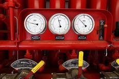 Датчики давления на объекте PGNiG близ Рыбаково 21 мая 2013 года. Польский государственный импортёр газа PGNiG говорит, что поставки газа с востока в среду упали на 45 процентов и были ниже, чем объемы, затребованные покупателем от российского Газпрома. REUTERS/Peter Andrews