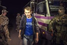Пленный перед передачей пророссийским сепаратистам в Донецкой области 12 сентября 2014 года. Украинские сепаратисты и армия совершили в ночь на пятницу близ Донецка ожидавшийся несколько дней обмен пленными. REUTERS/Marko Djurica