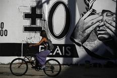 Fresque sur un mur de Rio ironisant sur la valeur du real. Marina Silva, candidate à l'élection présidentielle, prévoit si elle est élue le mois prochain de procéder à de fortes coupes dans les dépenses budgétaires et de mettre un terme à un programme de soutien au real, la monnaie nationale du Brésil. /Photo prise le 31 juillet 2014/REUTERS/Pilar Olivares
