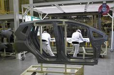 Imagen de archivo de unos empleados en la planta de producción de Honda en Celaya, México, feb 21 2014. El instituto nacional de estadísticas de México, INEGI, revisó el crecimiento del Producto Interno Bruto (PIB) del país en el 2013 a un 1.44 por ciento, desde el 1.1 por ciento reportado originalmente. REUTERS/Henry Romero