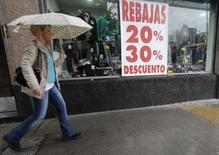 Una tienda comercial con descuentos en el centro de Buenos Aires, sep 5 2014. Los precios minoristas de Argentina subieron un 1,3 por ciento en agosto tras un alza del 1,4 por ciento en el mes anterior, informó el viernes el ente oficial de estadística Indec, un resultado mejor que el previsto por analistas.       REUTERS/Enrique Marcarian
