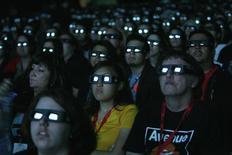 """Зрители смотрят кино в Сан-Диего 23 июля 2009 года. Триллер """"Никаких добрых дел"""" занял первое место в кинопрокате Северной Америки, обойдя семейную ленту """"История дельфина 2"""". REUTERS/Mario Anzuoni"""