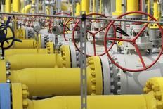 Трубы и вентили на газовой станции в центральной части Польши 12 сентября 2014 года. Румыния ждет сокращения ежедневных поставок газа от российского Газпрома примерно на 10 процентов, которые, начавшись во вторник, продлятся в течение шести дней, сказал министр энергетики этой страны Рэзван Николеску. REUTERS/Wojciech Kardas/Agencja Gazeta