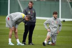 Técnico do Liverpool, Brendan Rodgers, conversa com Jordan Henderson e Adam Lallana durante treino em Melwood. 15/09/2014 REUTERS/Phil Noble