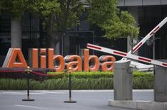 Логотип Alibaba у штаб-квартиры компании в Ханчжоу 23 апреля 2014 года. Alibaba Group Holding Ltd повысила диапазон цены размещения акций до $66-68, подтвердив высокий интерес инвесторов к самому ожидаемому дебюту этого года и, возможно, крупнейшему в истории IPO. REUTERS/Chance Chan
